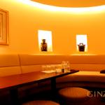 銀座クラブの藤谷の店内メインホールにあるテーブル